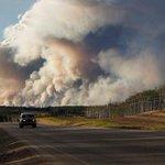 Canada evacueert laatste 25.000 inwoners uit brandende stad #FortMcMurray https://t.co/KlEGGqjzbp https://t.co/CSUuaFqHhh