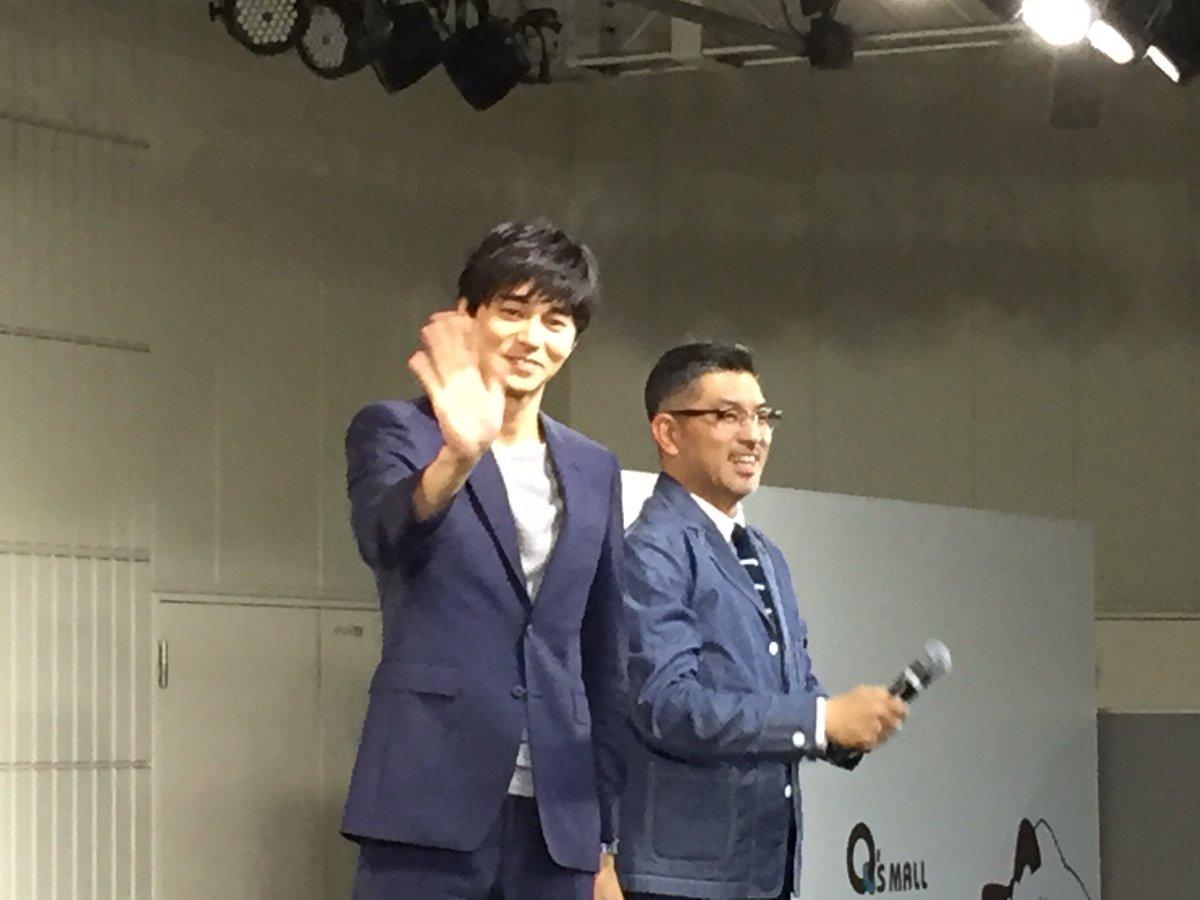 東出昌大さん、豊島圭介監督@映画『ヒーローマニア』大阪イベントの取材でした。屋外、雨、寒い。そんな中でも熱烈にラブコールを贈るお客さんに、撮影タイム、SNSでの拡散OKのプレゼント。さすが、サービス精神もヒーロー級でした! https://t.co/esVOaKTOTL