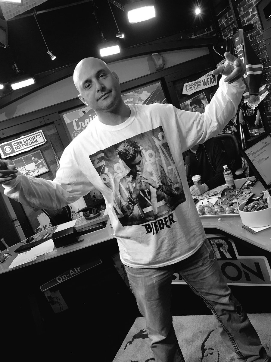 Craig is wearing a @justinbieber concert shirt #Beliebers https://t.co/KYKI502OBd