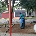 """Trabajos de limpieza en la plaza """"Mburukuyá"""", del barrio del mismo nombre. @LaUnionAM800 @Radio970AM @UNO650AM https://t.co/X6oUUkvUTy"""