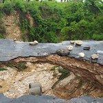 Tremendo cráter en la carretera El Arroyo, en Bahoruco. Por las intensas lluvias. @santiagoinoaj @CDN37 https://t.co/FXDi7H7X3L
