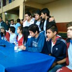 """""""Los 10"""" que se atrincheraron en el colegio Rca. Argentina salieron por primera vez desde la toma. #TomadeColegios https://t.co/bPJBOxY26D"""