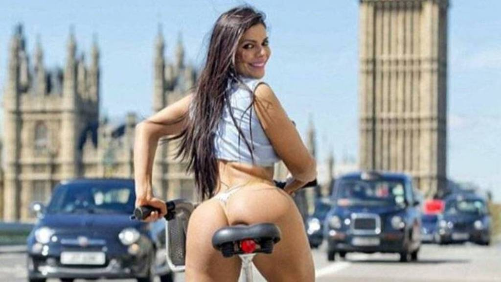 RT @DiarioCh: Locura en las calles de Londres: #MissBumbum se pasea en hilo dental https://t.co/qHnOLa1jCj https://t.co/dpORv6XMrL