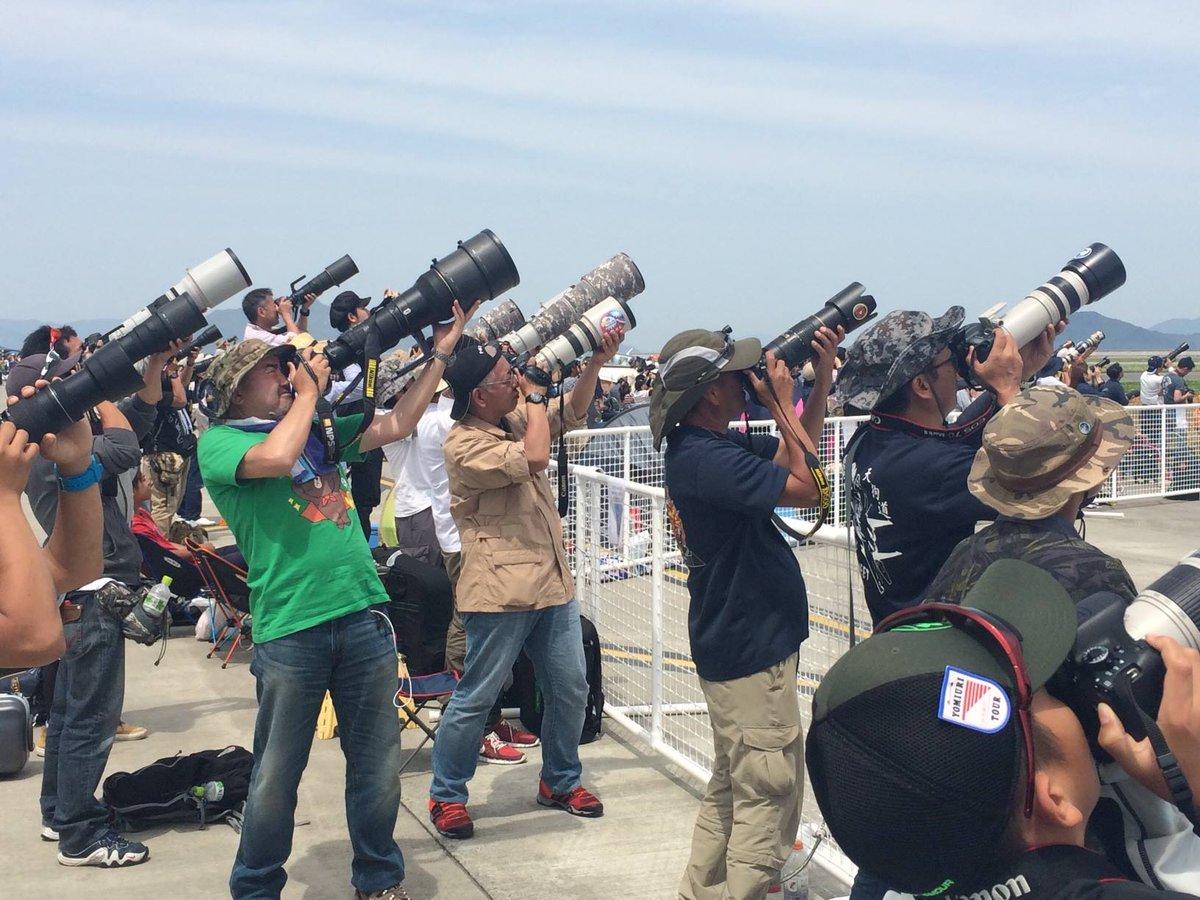 岩国基地(山口県)で行われていたエアショーで、日本人観客の望遠レンズが一斉に空を飛ぶ航空機に向かっています。 https://t.co/pXJDNHIv2c