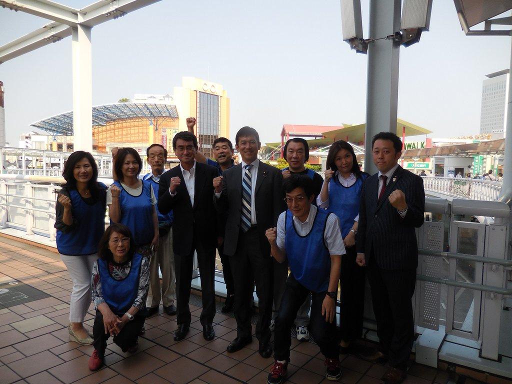海老名駅では熊本大地震への対応に奔走している河野大臣と中込淳之介市議にお力添えを頂きました  「つながりが維持されていた事が救助活動に役に立った。大切な事だ」  現場を目の当たりにされた大臣の言葉です。@konotarogomame https://t.co/5jcJGG1nJZ
