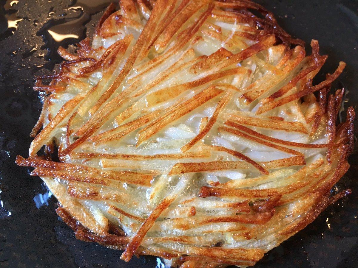 じゃがいも皮剥き千切りに。でんぷん質がつなぎになるから洗っちゃダメ。多めの油で焼く。片面中火で十分程度。焼き色ついたらひっくり返しヘラでおさえ数分。両面カリっとなれば完成。岩塩ふって朝食にどうぞ。ガレットドゥポムドテール!美味いよ。 https://t.co/YPoNwPlK93