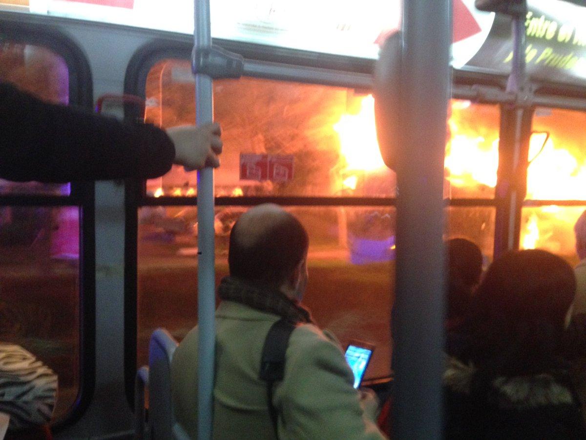 Micro incendiándose en Los Leones https://t.co/FJ7KUZeF93 https://t.co/B4Dpl4P30p