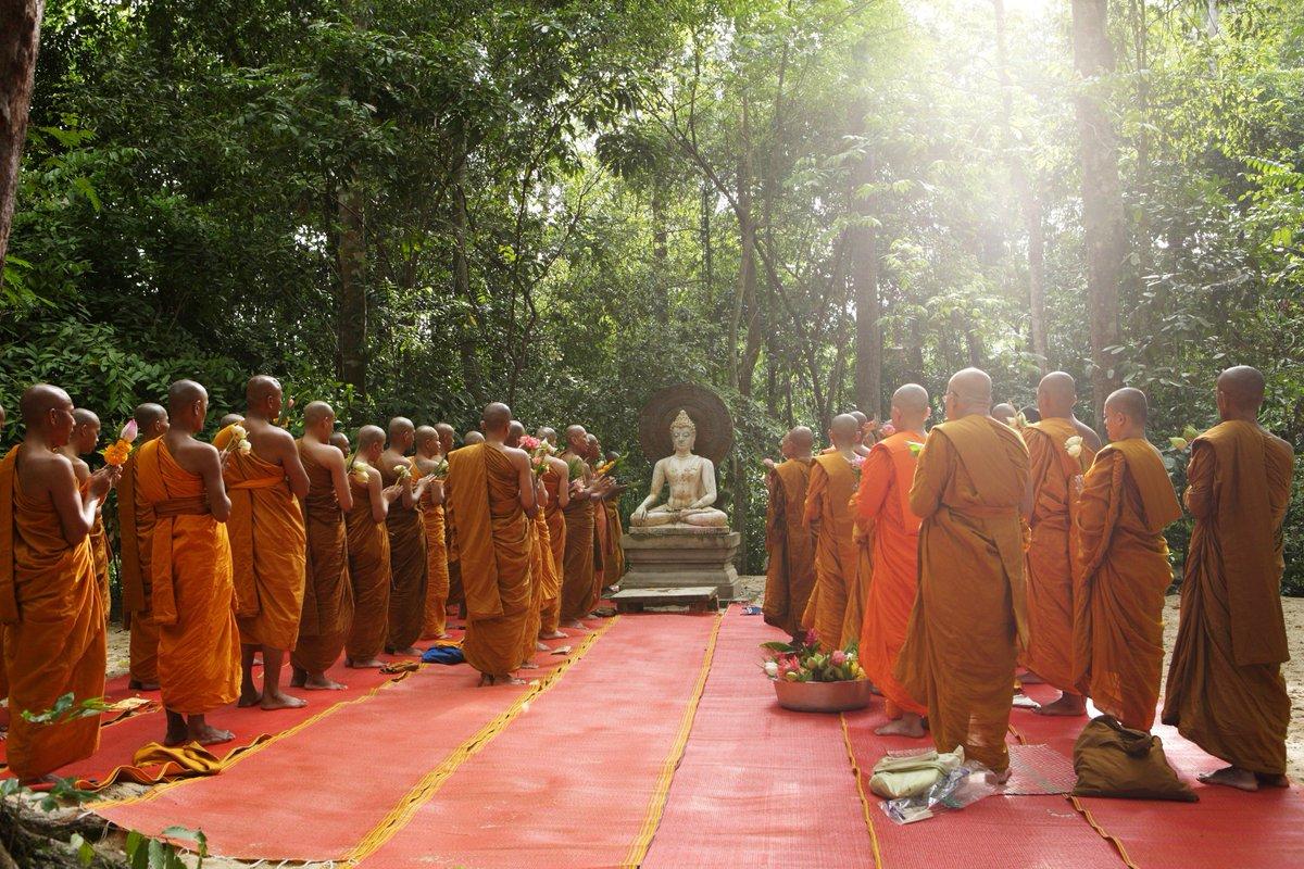 ヴィサカブーチャ(仏誕節) は、釈迦が誕生し悟りを開き入滅した仏教的に重要な意味のある日であるとされています。同日に起こった3つの奇跡へ想いを馳せ、礼拝するための儀式が行われます。本日は祝日で、酒類の販売は禁止されています。 https://t.co/RscZ3U0lKF