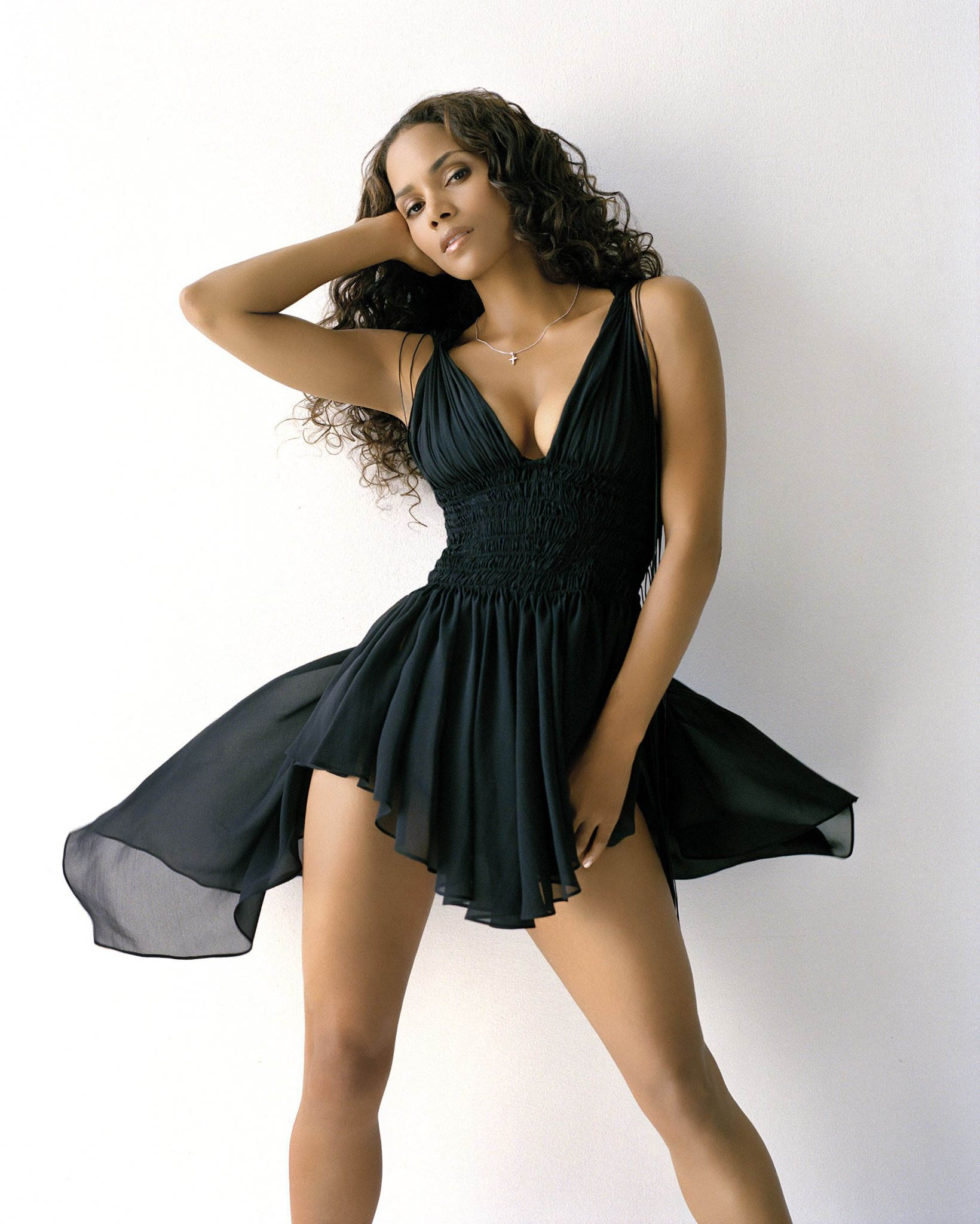 Halle Berry looks hot in this back cocktail dress #dress #black #halle #berry #hot https://t.co/6RGZ7pQNkY