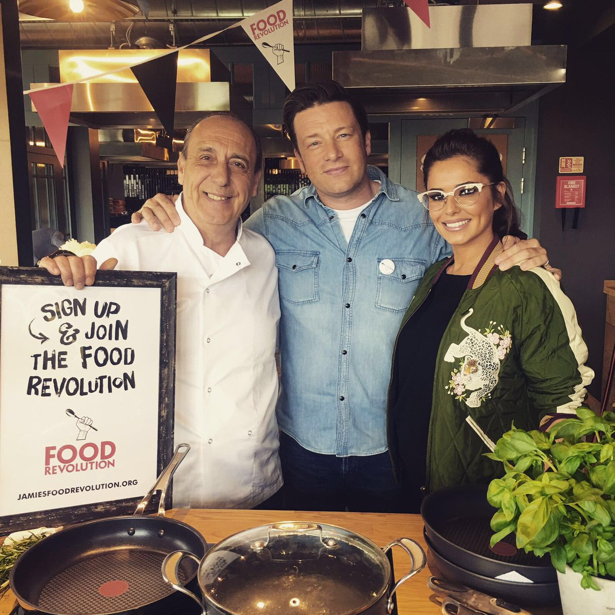 .@CherylOfficial is cooking live with me for #FoodRevolution get watching https://t.co/Ulbql4rNnr https://t.co/cd93XcR1hO