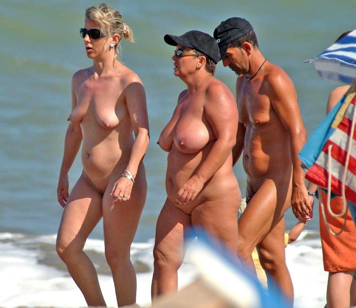 staruhi-na-nudistskom-plyazhe