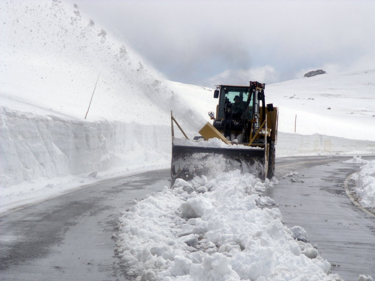 Trail Ridge Rd is scheduled to open, weather permitting, next Fr, May 27. Plows working now to get the road open. ks https://t.co/qBGifeYmtI