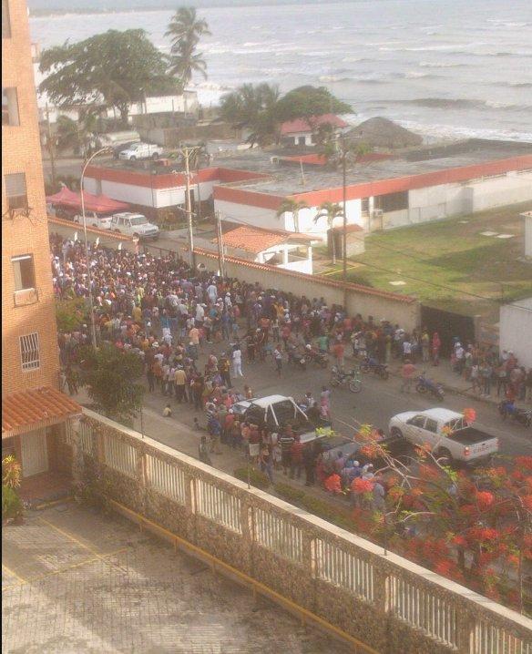 """#Higuerote también está """"de a toque"""". Hoy gritaban frente a la GNB de la zona """"tenemos hambre"""". https://t.co/mUWqmxLlxR"""