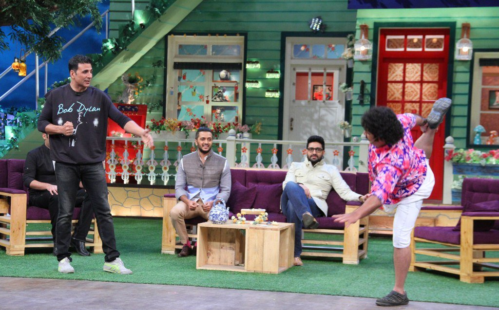 Don't miss #TKSS show tonite on @SonyTV 9pm with my friends @Riteishd @akshaykumar @juniorbachchan https://t.co/VZ0ktevJtk