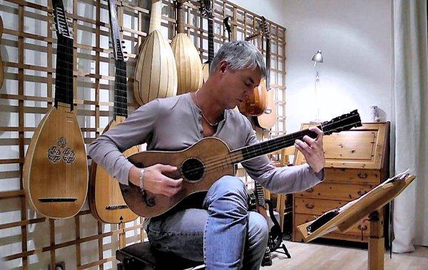 "Musician Plays the Last Stradivarius Guitar in the World, the ""Sabionari"" Made in 1679 https://t.co/h0DCuApec3 https://t.co/iU7coA0Dvi"