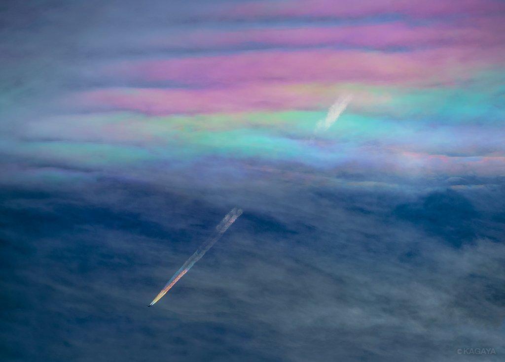虹色の飛行機雲。 彩雲をくぐったその飛行機は、五色の雲をひいて飛んでゆきました。 (山梨県忍野村にて一昨日撮影、超望遠レンズ使用) わたしも初めて見る鮮やかな現象に驚きました。 https://t.co/cbIe14fz9h
