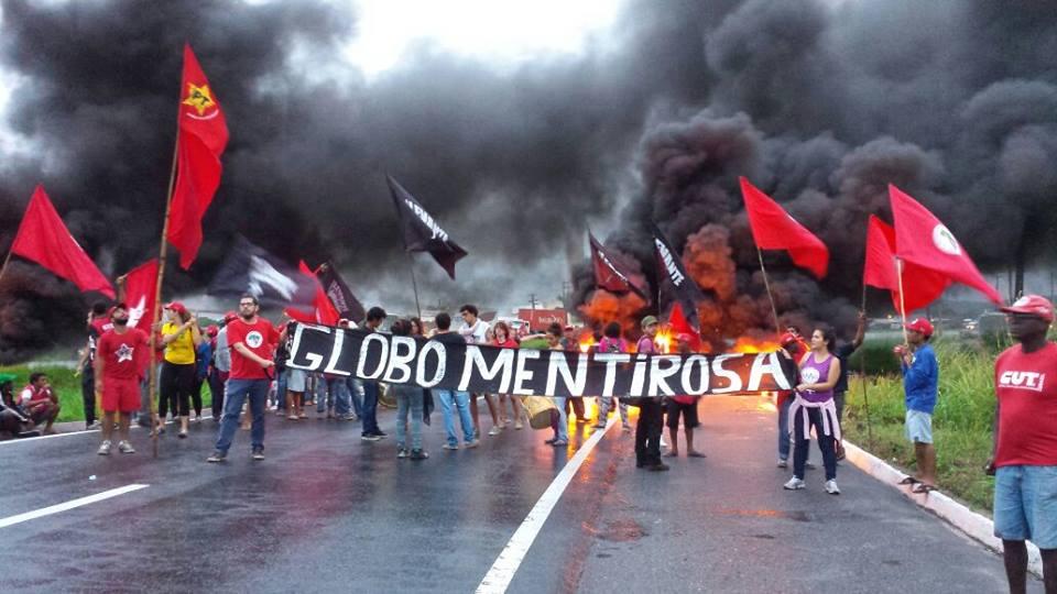 O dia será de luta em todo o país. Em Recife manifestantes contra o golpe travam a BR 101. via @MidiaNinja https://t.co/KAGigC7BZX