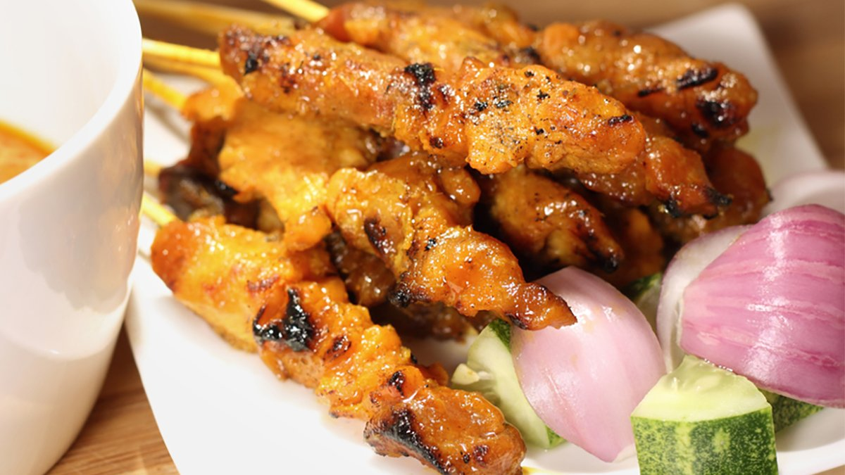 ♫ Everybooody, yeeeeeeah. Chicken Satay! ♫  RT and Like by 5pm, could win you £25 voucher this #TakeawayTuesday https://t.co/tt0IU8k0Dk