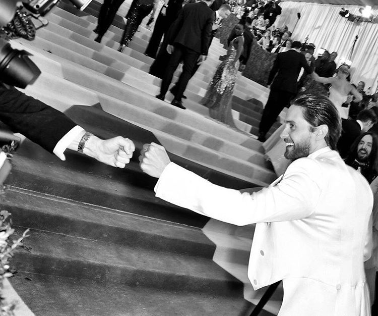 Giving a fist bump to the hard working + under appreciated photographers on the red carpet. https://t.co/BdcwEMDWec https://t.co/h6no4aMPSE