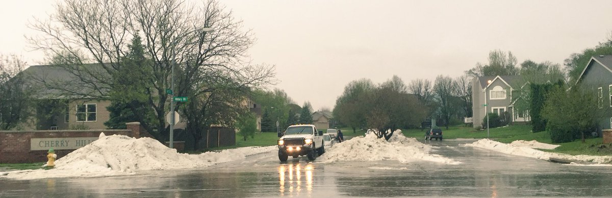 No it's not snow, it's piles of hail at 103rd & Fort in Omaha #omahawx #newx #NotNebraskaNice https://t.co/tqvQbIEXTd