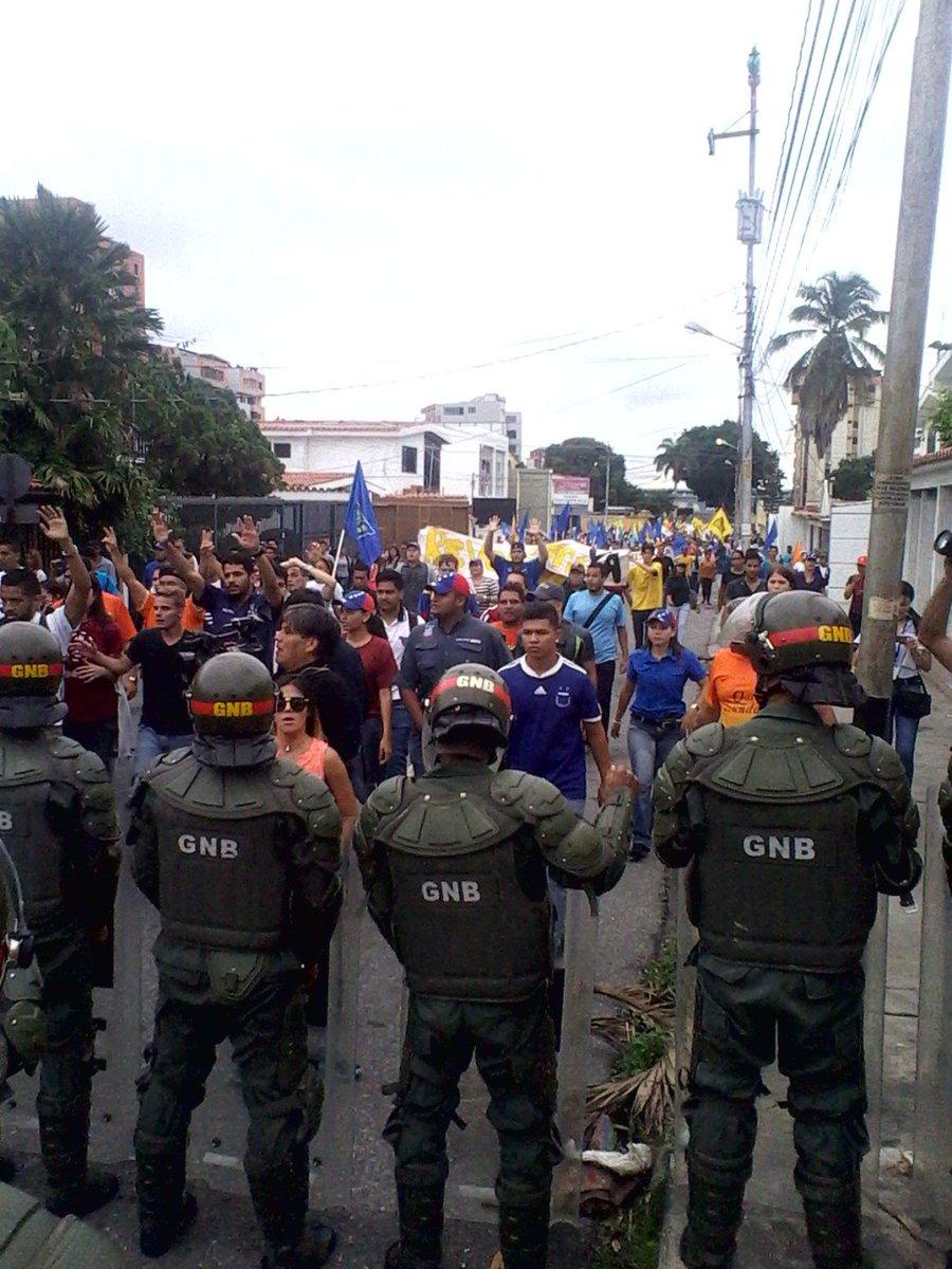 Marcha de la Mud llegó al CNE deBarquisimeto https://t.co/TA1ephG88g https://t.co/EibY53vhns