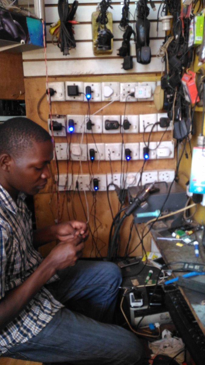携帯電話の充電屋さん。電気がない地域に住んでる人がここまで歩いて充電に来る。カバン持ちみたいな感じで、じゃんけん的なゲームで負けた人がみんなの携帯を袋にいれてガッツリ持ってくることも。 https://t.co/fs1lV5vliR