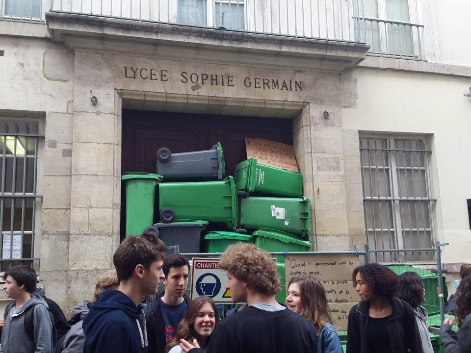 """""""@albandemontigny: Au lycée #SophieGermain les lycéens ont décidé de bloquer l'entrée. contre la loi #Elkhomri https://t.co/60pBjjlV9g"""""""