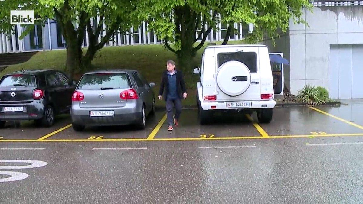 So wie der #Canepa seinen übergrossen Schlitten parkiert, grottenschlecht kickt sein Verein... @Blickch #fczuerich https://t.co/mN89NuPL59