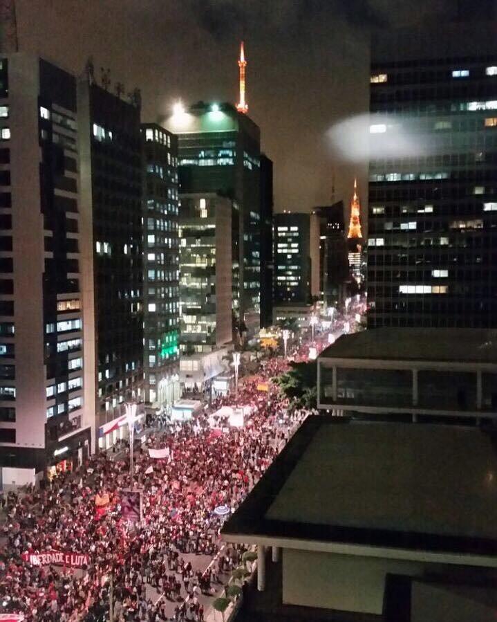 'Aquei está o povo! O povo sem medo! Sem medo de lutar!'  Av. Paulista nesta noite de Quinta! #ForaTemer