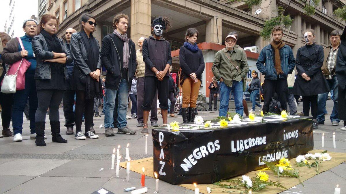 "Alunos do curso de Teatro da UFRGS encenam o ""enterro da democracia"" na Esquina Democrática. #BandRS https://t.co/tJYKkBprtv"