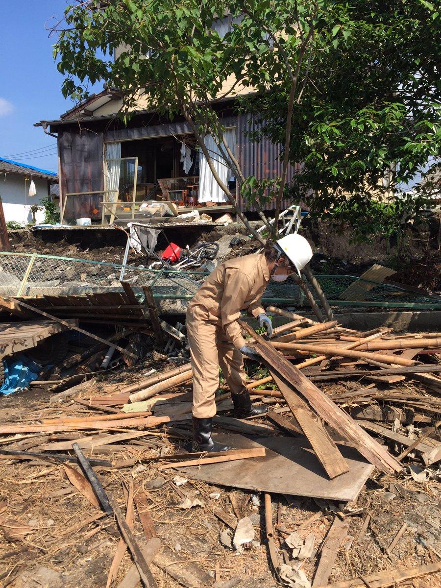 大阪から熊本に入ってから三日目。益城、南阿蘇、西原をまわって活動をしてます。 瓦礫撤去、炊き出しのお手伝い、物資を持って避難所をまわり、子供や学生とサッカー。 発災1ヶ月、まだまだ大変です。。   ナオト https://t.co/mKN6KES7ul