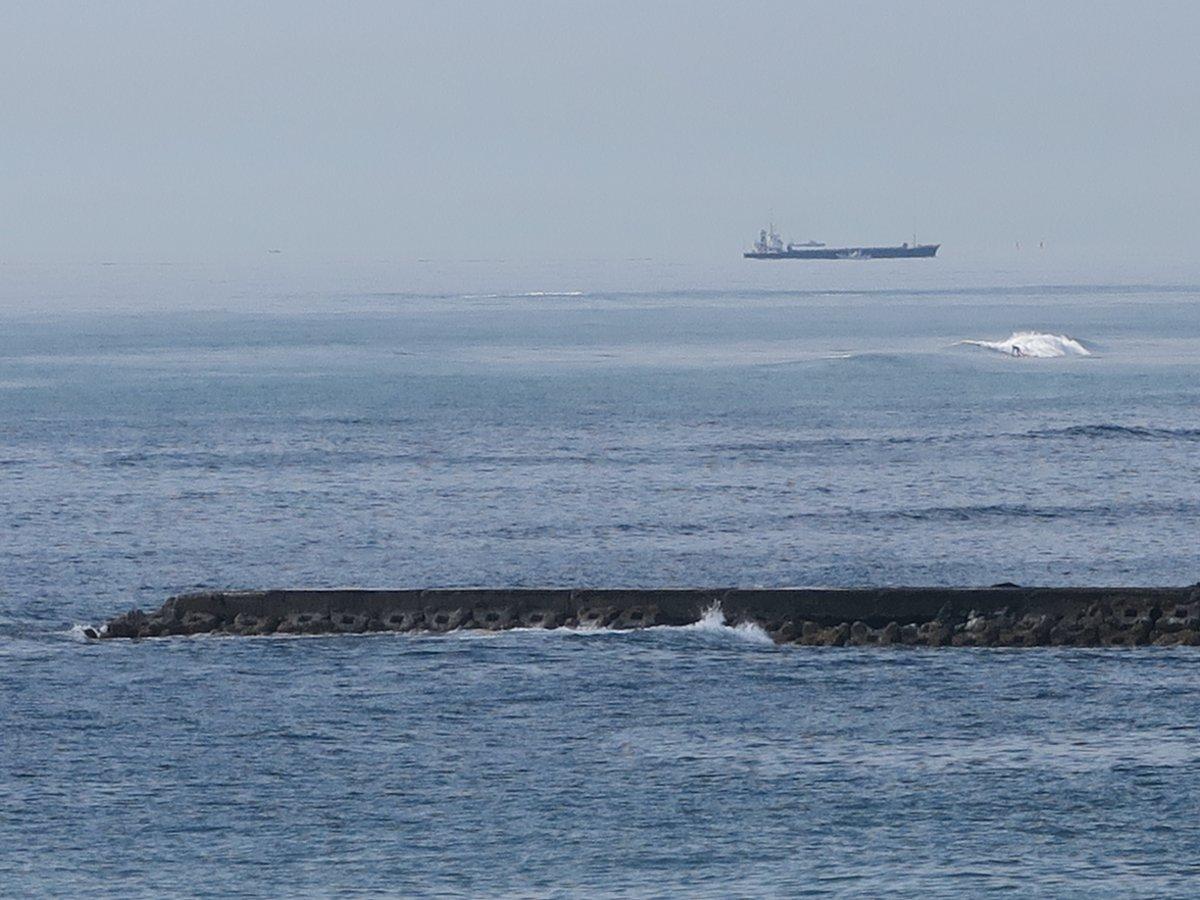 目の前に、とつじょ空を走る船が現れました。その下でサーファーが何事もなかったようにサーフィンを楽しむ光景が不可思議でした。180度広がる水木海岸のパノラマで、時々不可思議な光景を目にすることがあります♪ https://t.co/tXikinewF6