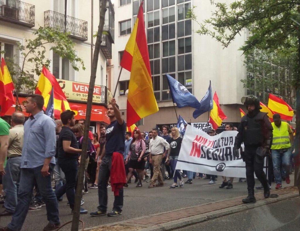 """Pancartas que rezan: """"Multiculturalidad es inseguridad"""". ¿Qué entiende #Dancausa por incitar a la xenofobia? https://t.co/kfeMgFvNqK"""