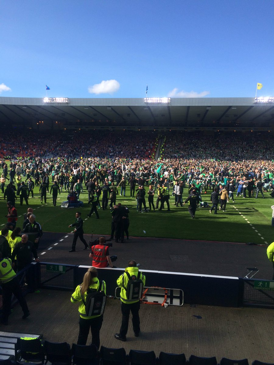 Pitch invasion as #Hibs end 114 year wait for second #ScottishCup win https://t.co/eDlCRrGzPw