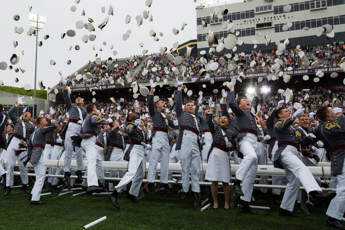 Congrats to #USMA's newest Old Grads, #USMA2016! You did it!  Welcome to the #LongGrayLine! #WithHonorWeLead https://t.co/kdlQD7CLKg