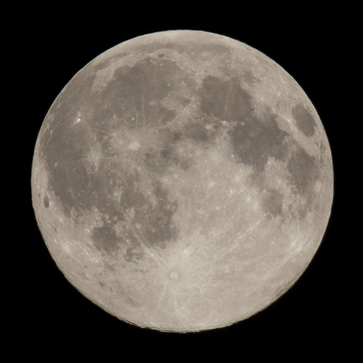 2016년 5월22일 새벽 1시 11분 달은 언제 보아도 달콤하다. 풀바디는 별 궤적 촬영중이라 크롭바디로 촬영했는데 풀바디 보다 더 달달하게 촬영된다. https://t.co/xXFLye19Mh