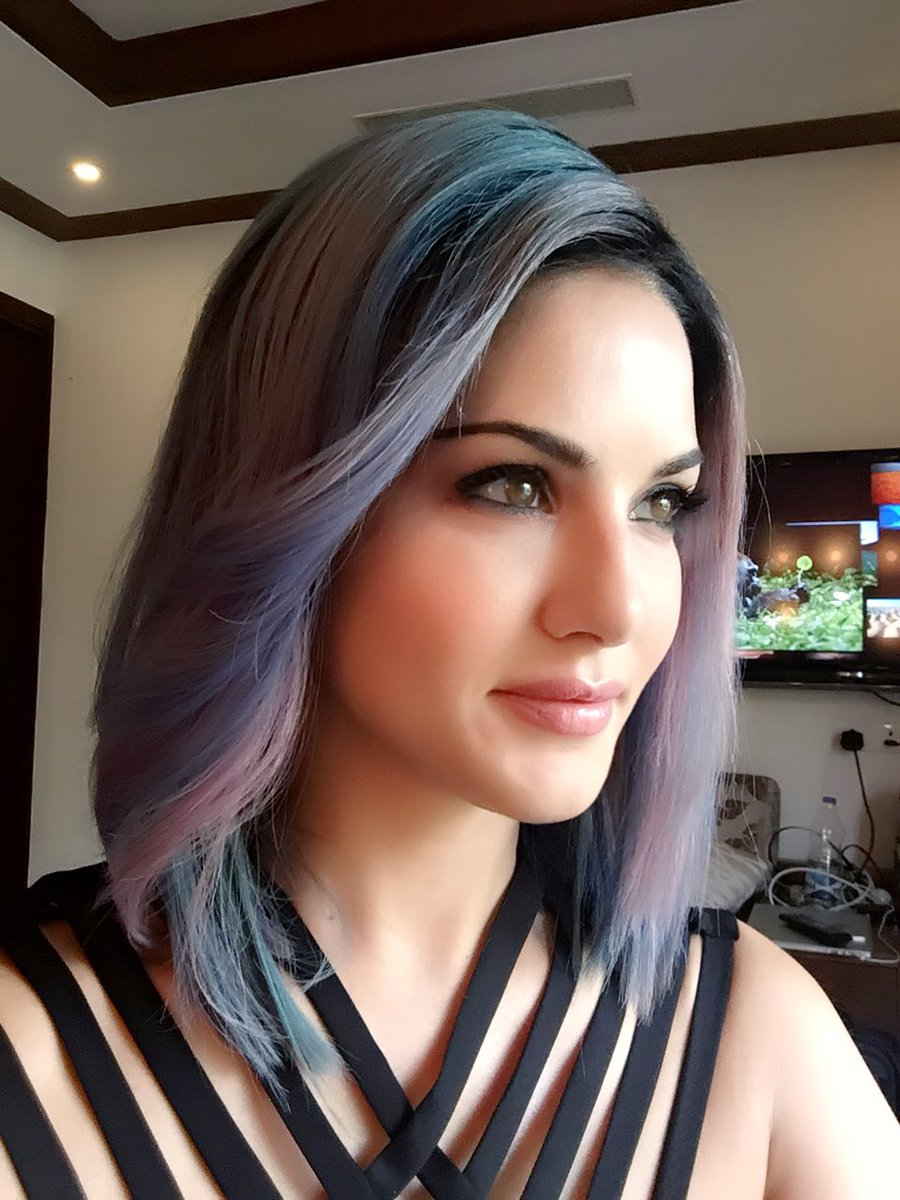 My hair is officially blue/purple today!! Hehe 2Q3DH1Hg5F
