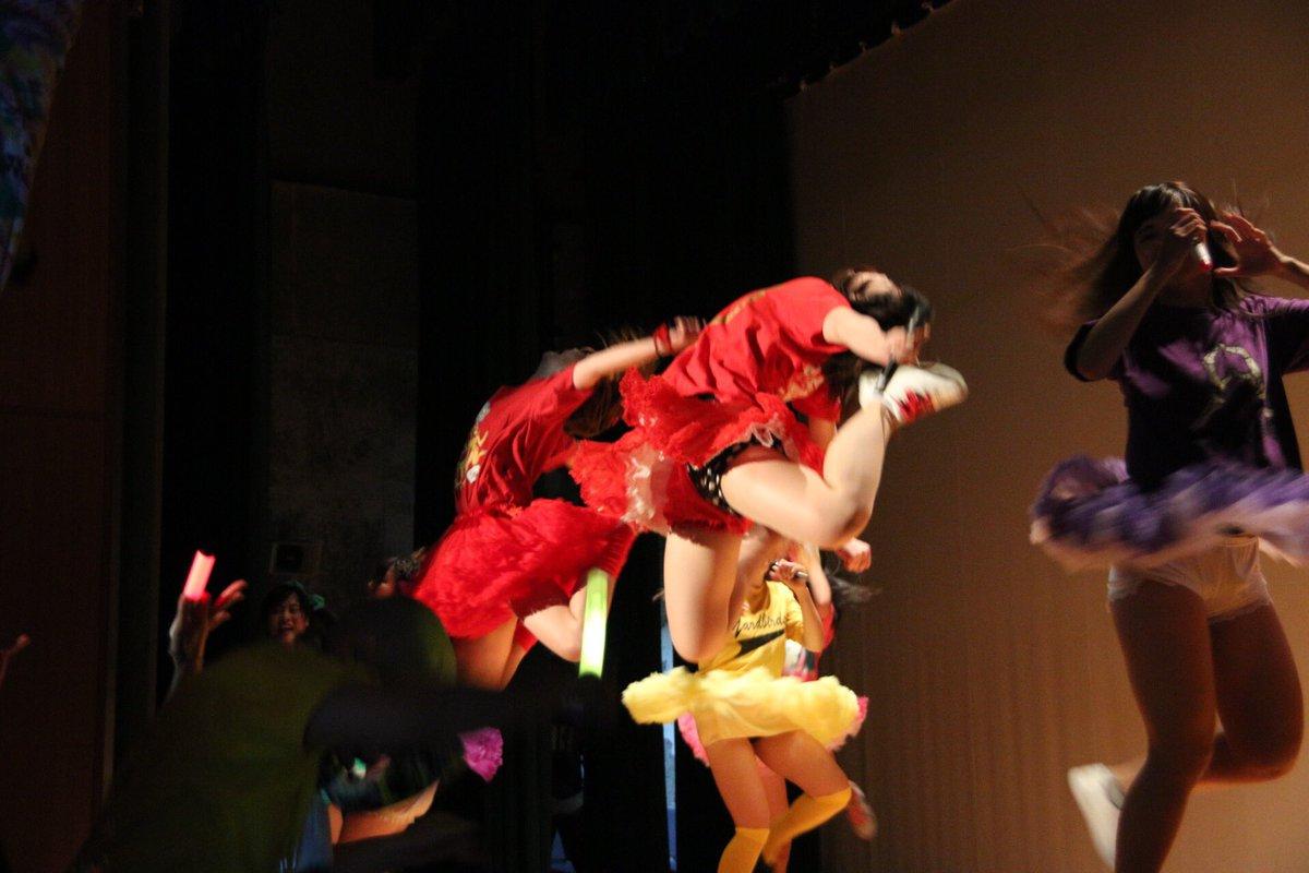 本日、大阪のももクロ振りコピの祭典「桃振祭」に途中から参戦! レベル高過ぎ!コラボコーナーで奇跡の一枚が撮れました! 見事なWエビ反り! タイミングがバッチリシンクロ!これは二人とも完コピ度が高いからこそ!スゲー #momoclo https://t.co/HujOlvcdJz