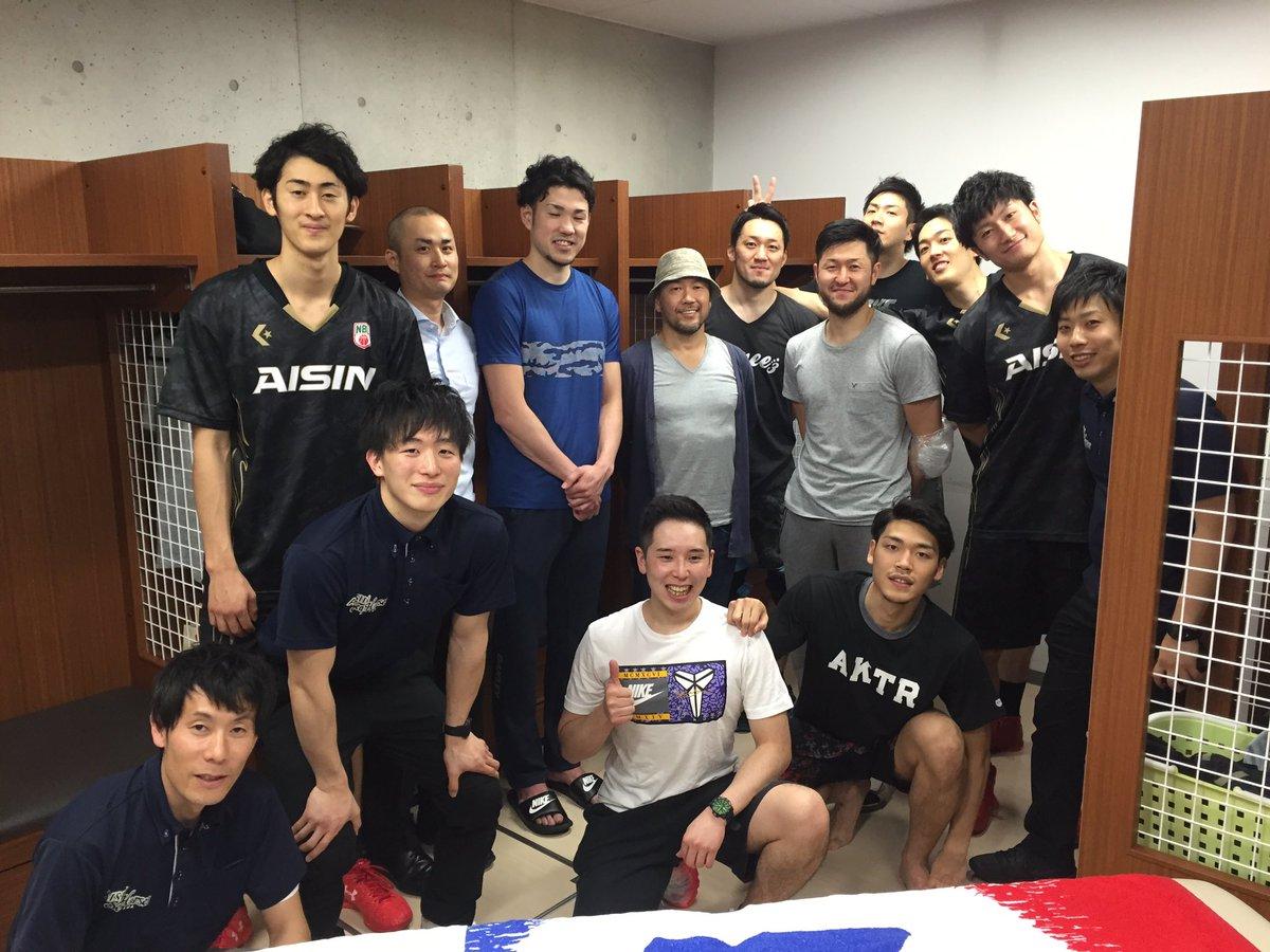 試合後にサプライズが! 今日の試合に井上雄彦先生がいらしていたようで、試合後にロッカールームまで来てくださいました。 ん〜、感激の一言! 皆で記念撮影にサインまで頂くことができました。 ありがとうございました!! https://t.co/5YRArHprpR