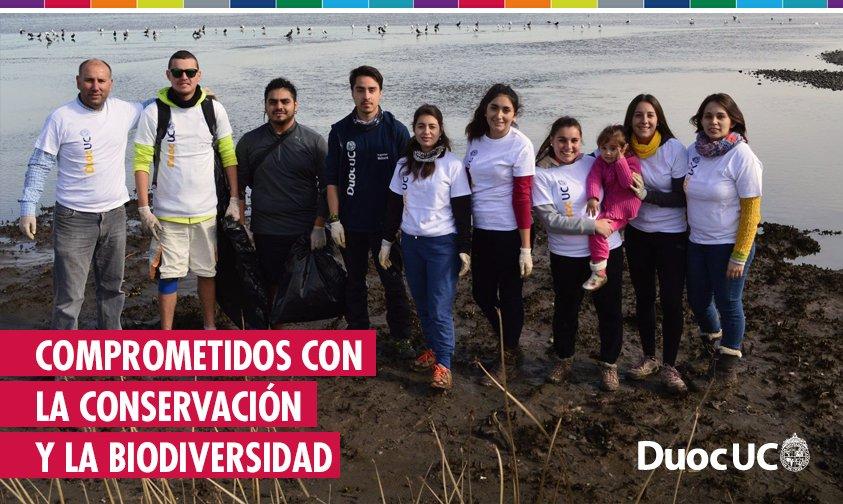 """Estudiantes de Ingeniería en Medio Ambiente limpiaron el humedal del Parque Ecológico """"La Isla"""" de Concón. https://t.co/2YsMhFENSc"""