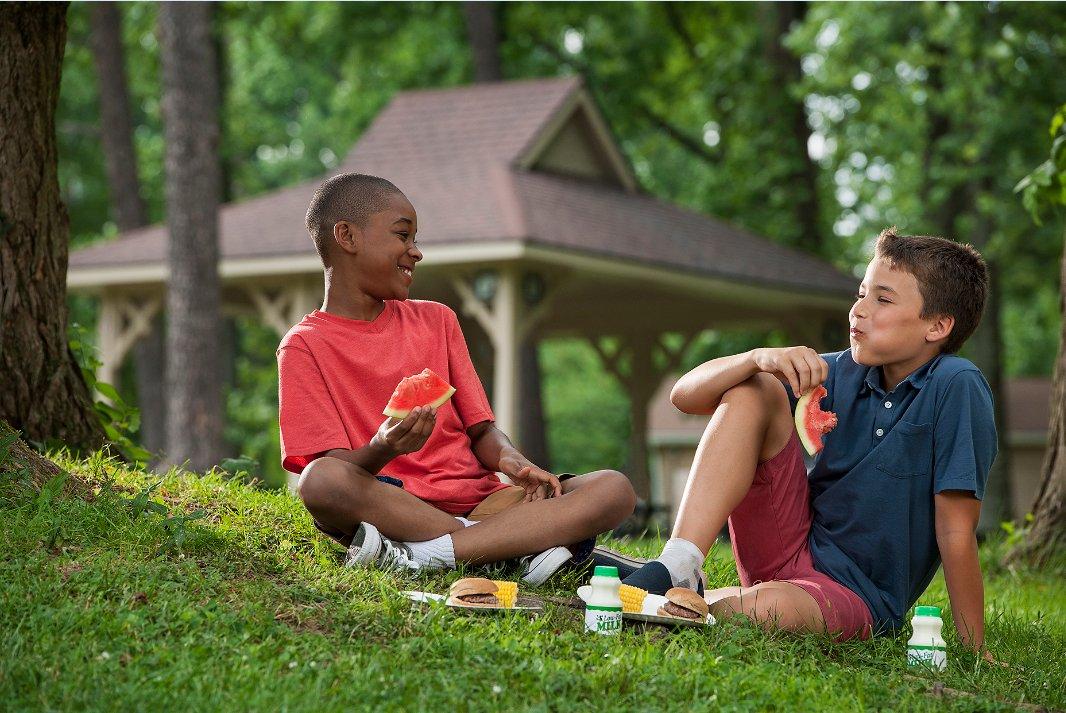 #SummerMeals Tip: Whole fruits have more fiber than juice.Fiber helps kids feel full longer & is good 4 digestion. https://t.co/SXWkgwNH9l