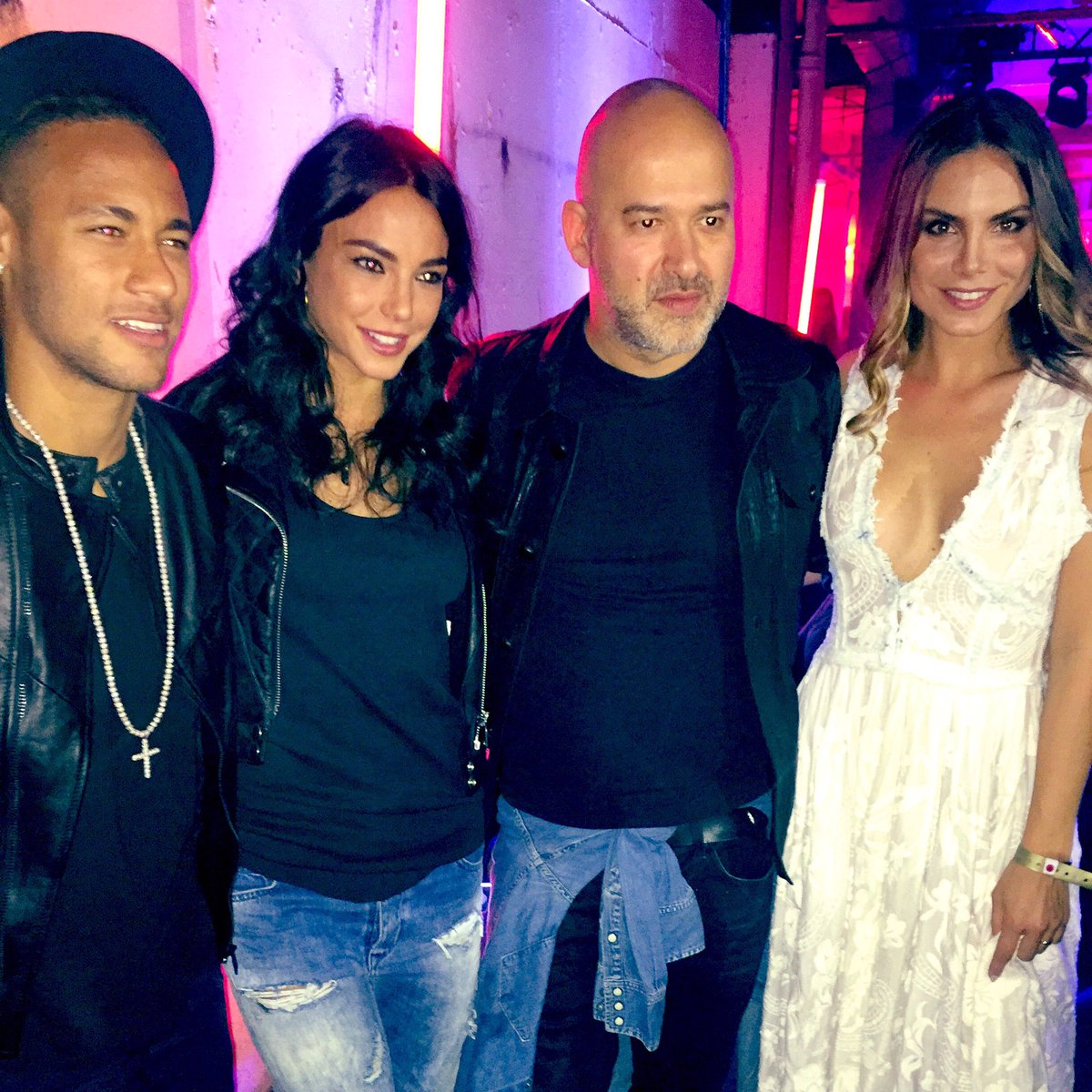 Posing with the Boss #matteosinigaglia @neymarjr @chiarabiasi @NinaSenicar https://t.co/i6BW2qoniz