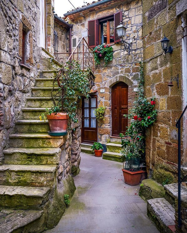 Serenity in Pitigliano, #Italy | Photography by ©@sassychris1 https://t.co/Qivn1afrHP