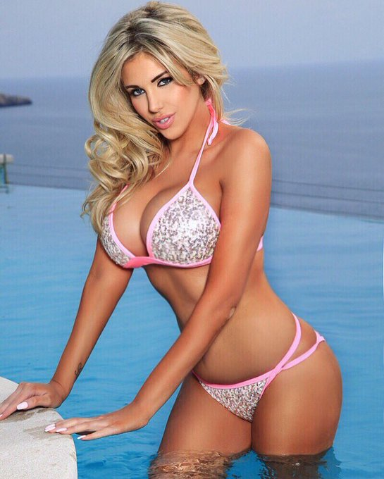 Pic from yesterday by @MikeCohenTOG  hair and make up by @JadeAmyWillis ??☀️ https://t.co/T9No00vAQV