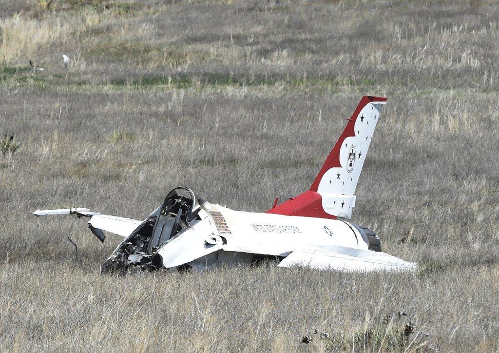 #BREAKING @csgazette photo of Thunderbird crash in Colorado Springs; Pilot ejected, OK https://t.co/btxLsHISLA https://t.co/9c1cxGENpu