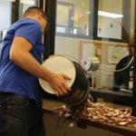 Hombre paga con monedas multa de tránsito por parecerle injusta. https://t.co/rifmZ0Cuvk https://t.co/bGn1fGp7yR