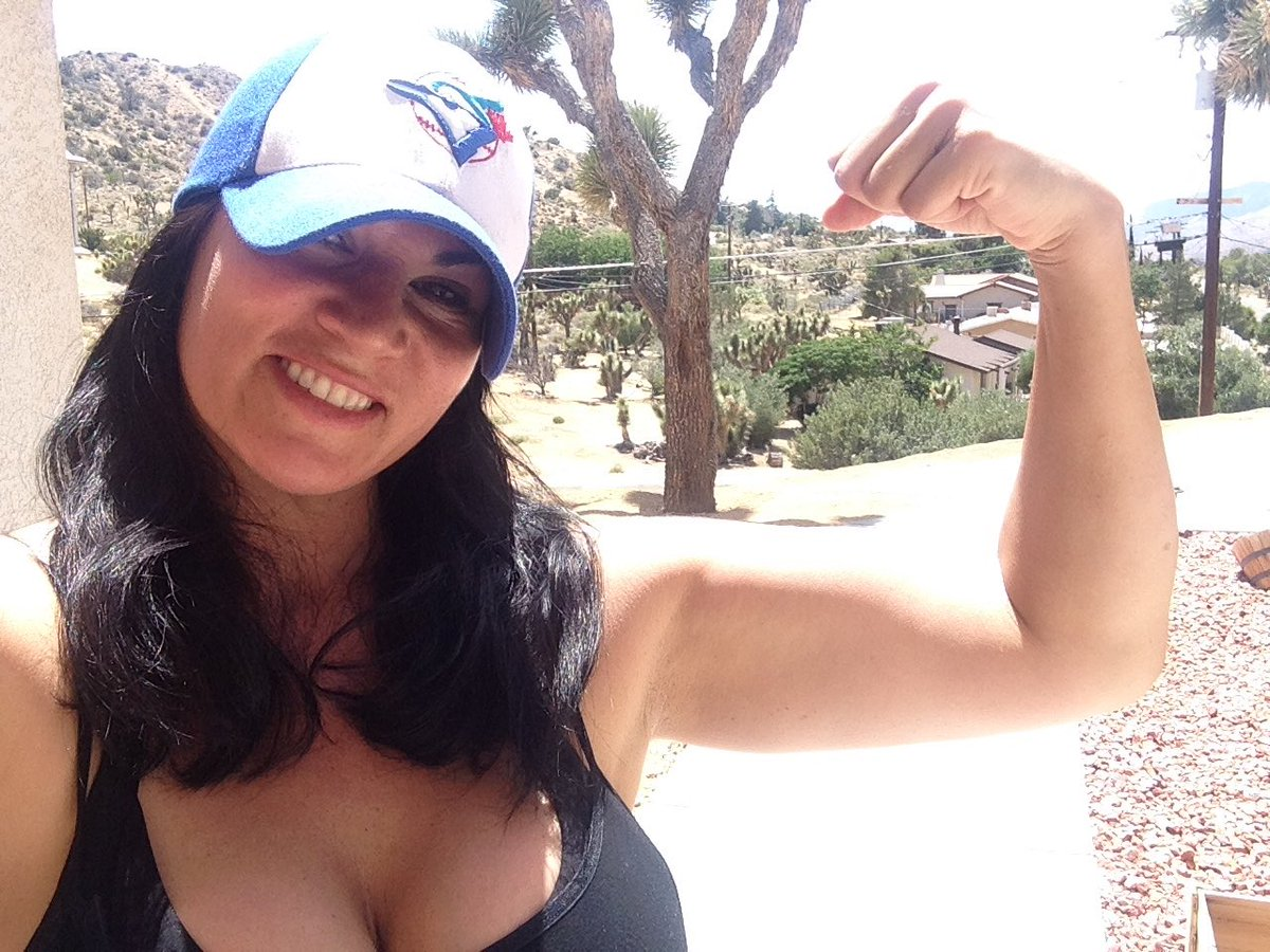 Taking the #flexchallenge @StrongMomsUSA strong and confident. I challenge @MRayneTNA @MickieJames @ActualALove https://t.co/2oxX4pBDy7