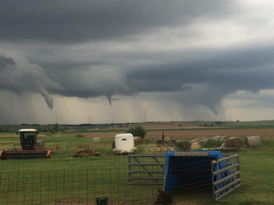 Unbelievable pic from our viewer Leslee Baker, taken at 5:30pm at Minco. Quick spin ups along the cold front! 5:53pm https://t.co/IC0WBFX1oZ