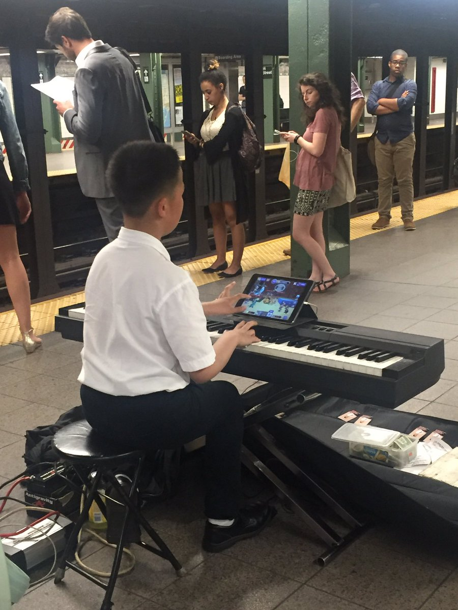 Today in amazing things in NYC: This kid is playing perfect Chopin AND video games simultaneously. https://t.co/Wq9IEkg3SK