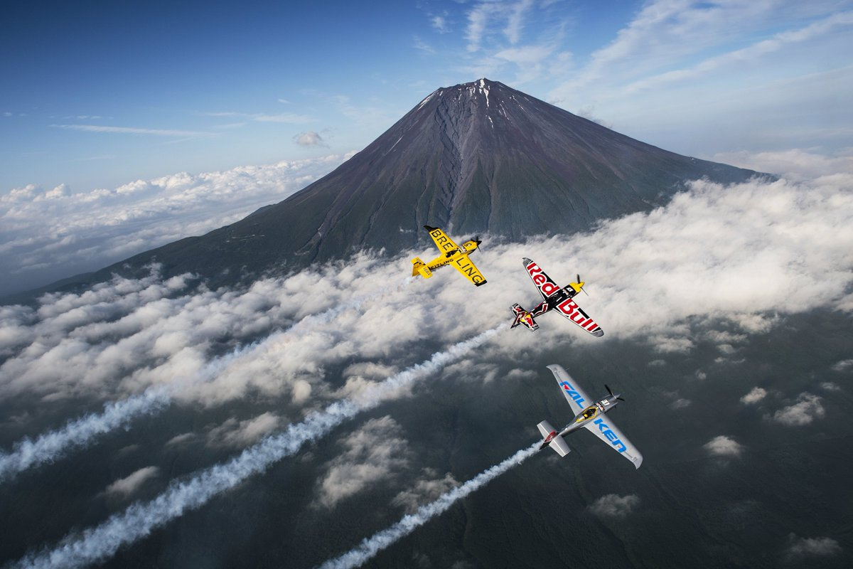 富士山でご祈願してきました!!  https://t.co/RLf7zdXQZF  © Jörg Mitter/Red Bull Content Pool #airrace #YoshiMuroya #FALKEN https://t.co/dIosn1auhi